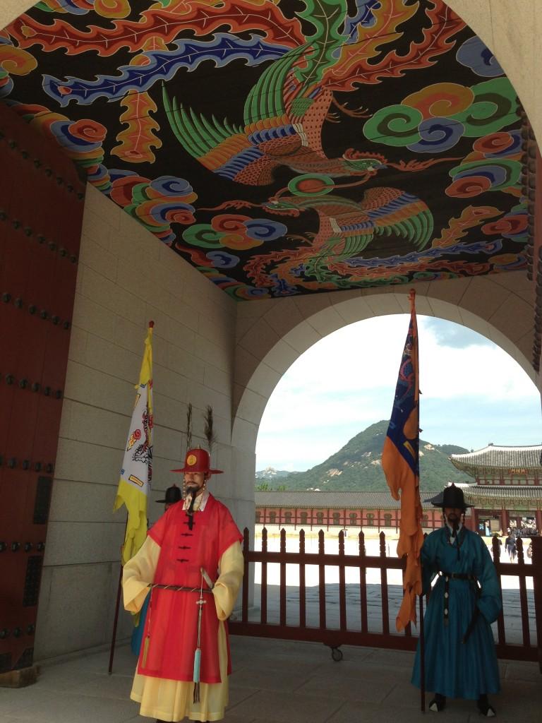 Gyeongbokgung Girişinde Bulunan Askerler