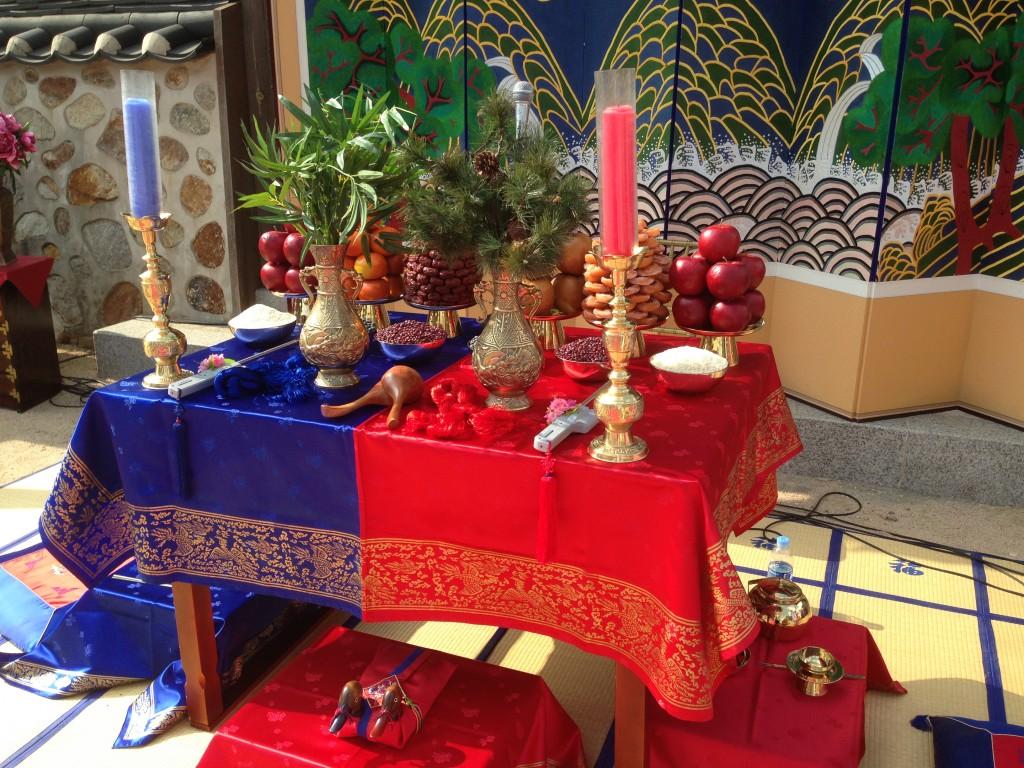 Bolluk ve Zenginlik Getirmesi İçin Masaya Yerleştirilmiş Yiyecekler