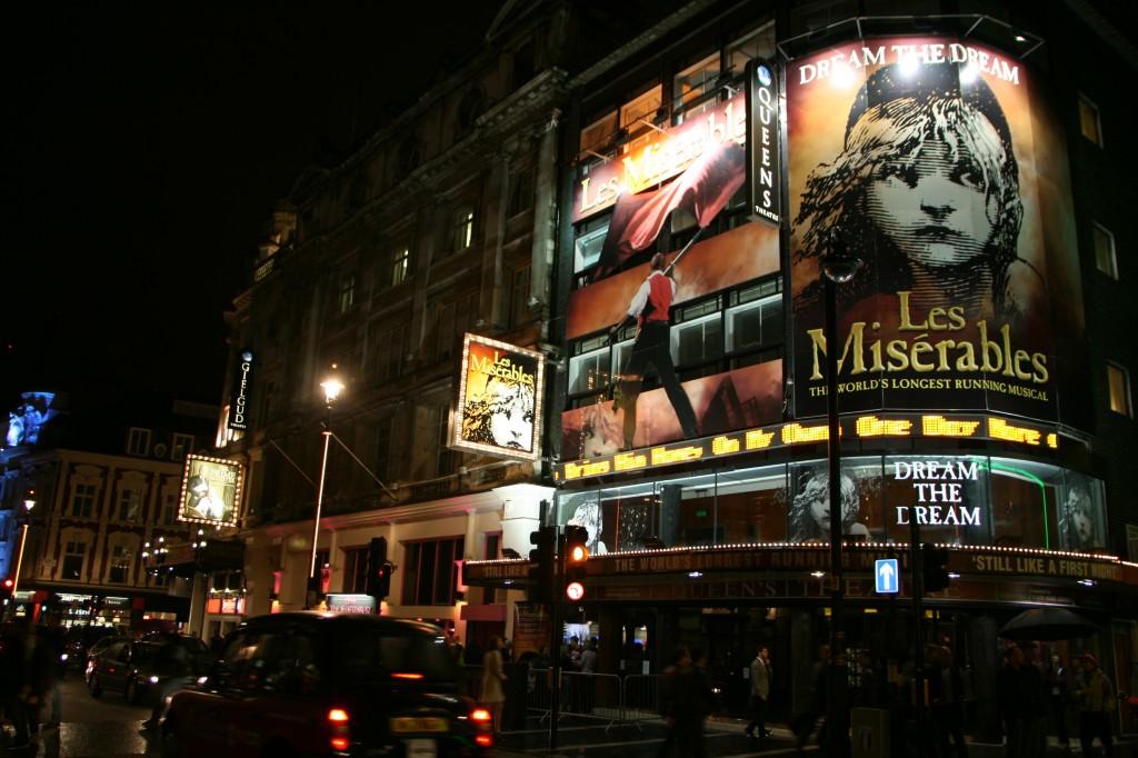 Tiyatro ve müzikal sevenler için Londra çok fazla alternatif sunuyor