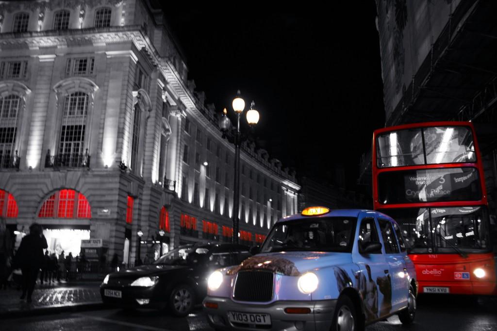 Londra'ya özgü taksi ve otobüsler