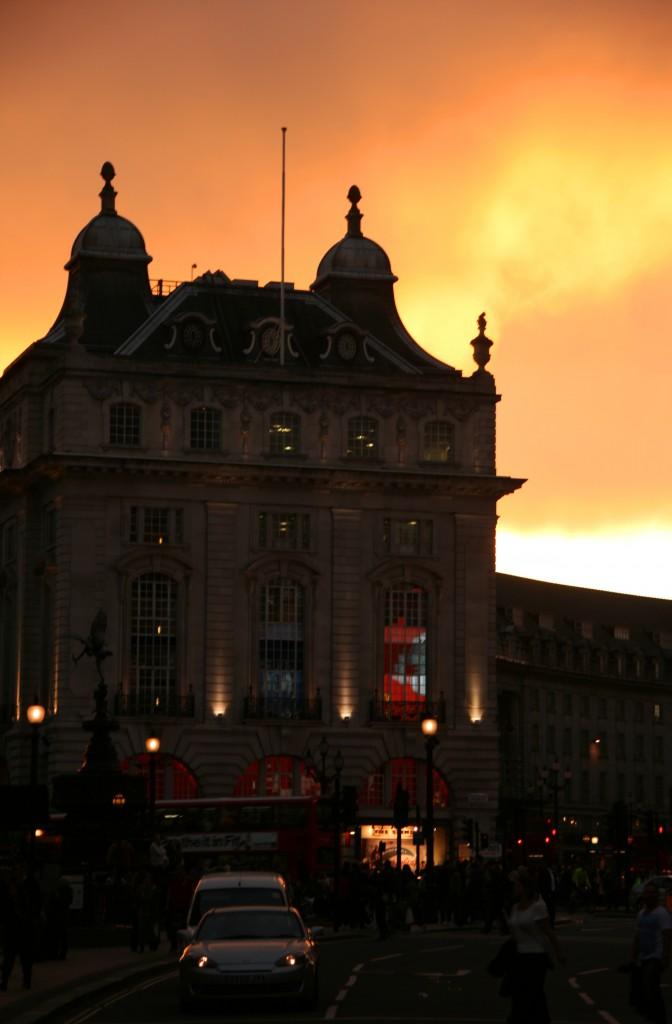 Piccadily Circus'da gün batımı