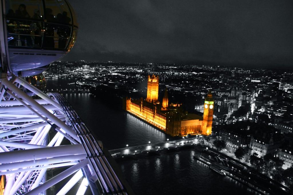 Londra'nın yeni simgelerinde London Eye adlı dönme dolap'tan yine bir başka Londra simgesi olan Big Ben ve Parlamento Binası