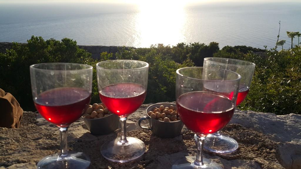 Gün batımında şarap keyfi