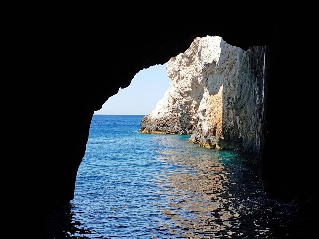 Yol boyunca irili ufaklı bir çok mağara var...