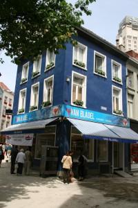 Hollandse Nieewe olarak bilinen Hollandaya özgü çiğ olarak yenilen balıkların satıldığı dükkan