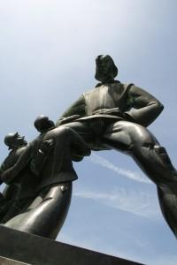 Kale girişindeki heykeller