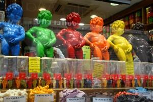 Brükselin Sembolü olan tuvaletini yapan çocuk heykelinin çikolataları