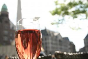 Amsterdam'da kafelerde içkinizi yudumlamak büyük zevk ve içki fiyatlarının  ayrıca çok da ucuz olduğunu belirtmeliyim