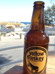 Santorini Birası olan Yellow Donkey