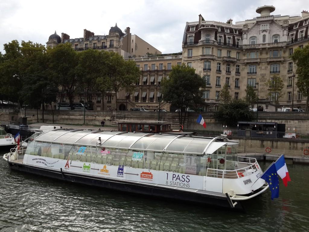 Seine'deki Tur Teknelerinden Biri