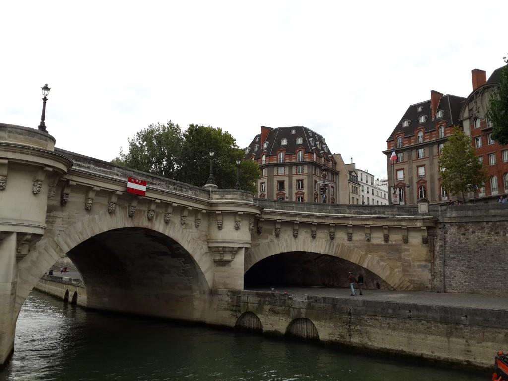 Seine Üzerindeki Köprülerden Biri