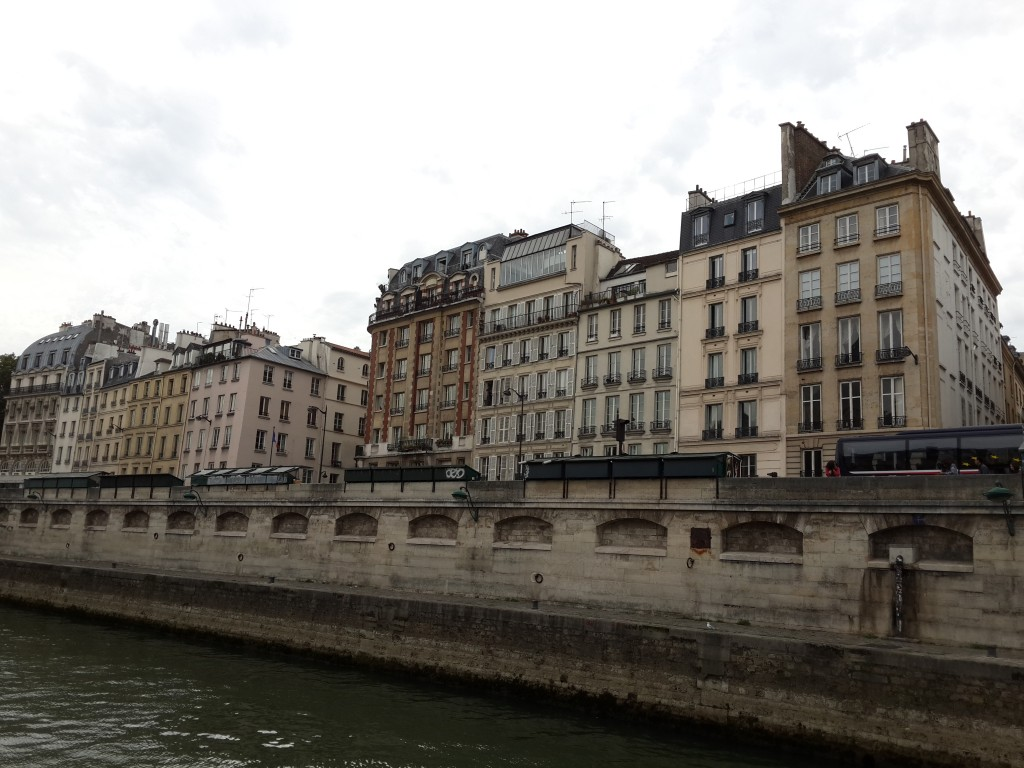 Seine Kıyısında Birbirinden Güzel Binalar Bulunuyor