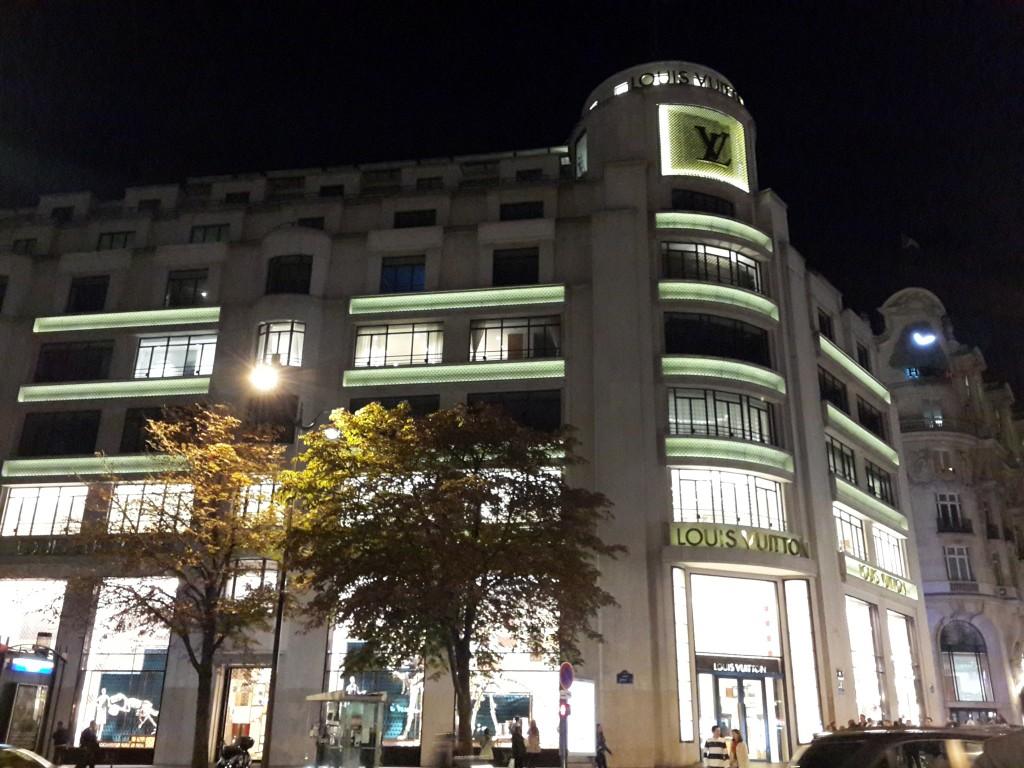 Champs Elysees'deki Louis Vuitton Mağazası