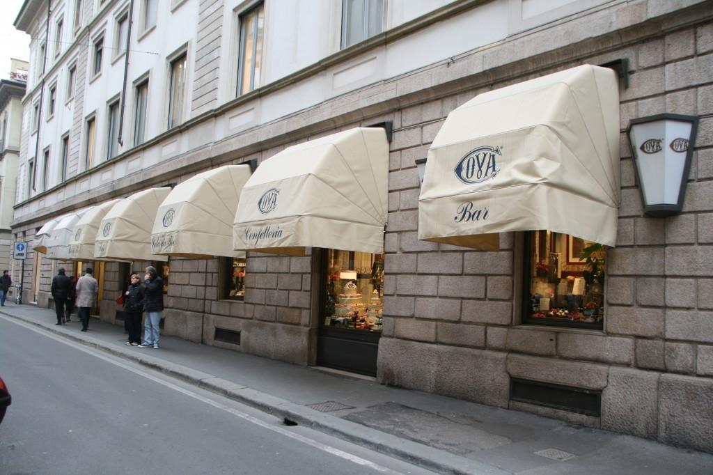 Via Manzoni'de Bir Kafe
