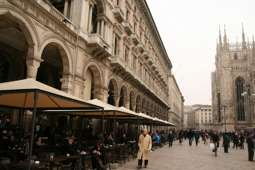 Galleria Vittori Emmanuele II'nin içinde ve çevresinde birçok kafe bulunuyor