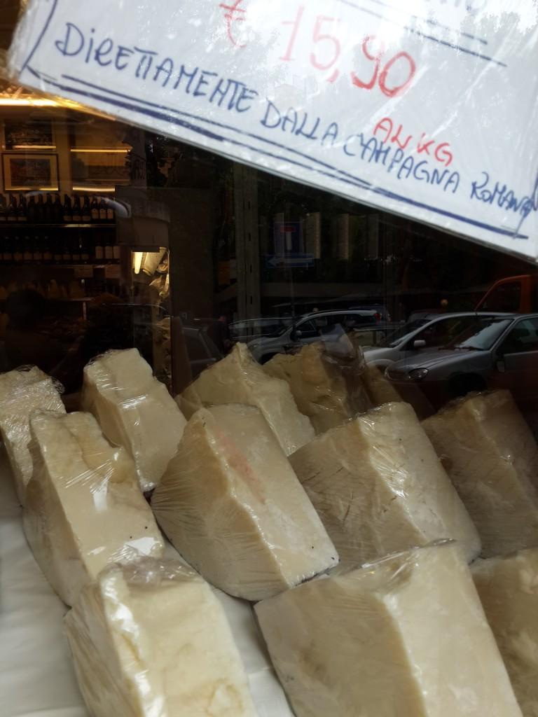 Şarküterilerde Hiç Bir Yerde Rastlamadığınız Kadar Çok Peynir Çeşidi Bulunuyor...