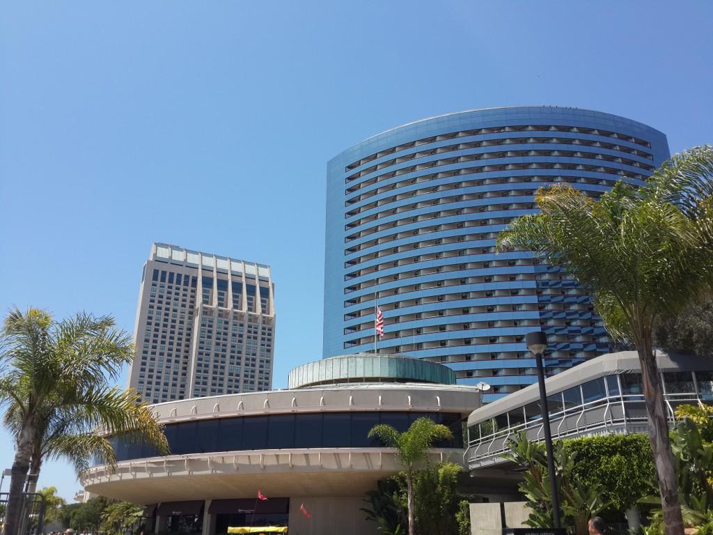 Önde Roy's Hawaiian REstoranı ve Arkada Marriott'un Kulelerinden Biri