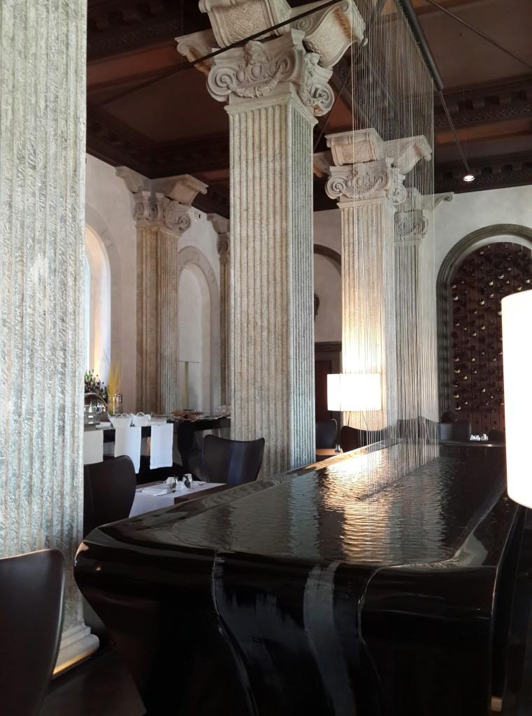 Otelin Restoranında Masa Şeklinde Tasarlanmış Bir Havuz Var!