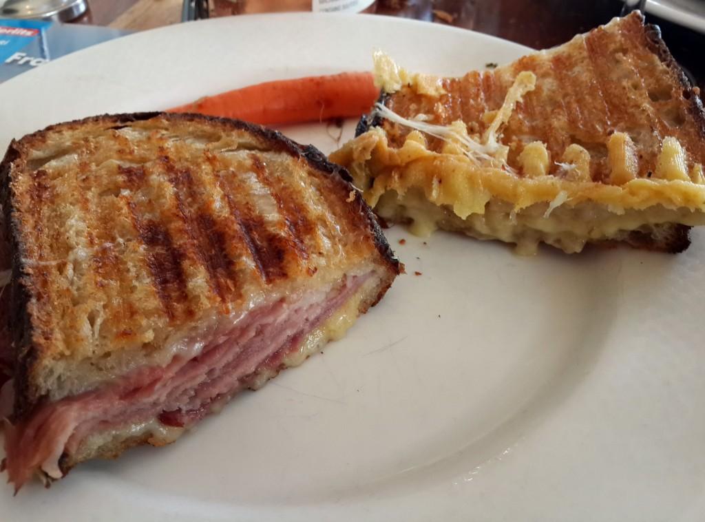Jambon ve Gruyere Peynirli Sıcak Sandviç ile 3 Peynirli Sandviç