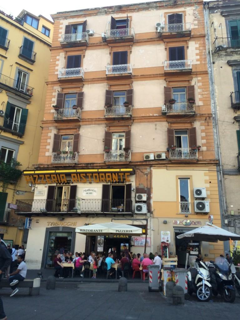 Pizzanın anavatanı Napoli'de Pizza Restorantları hep cok kalabalık..