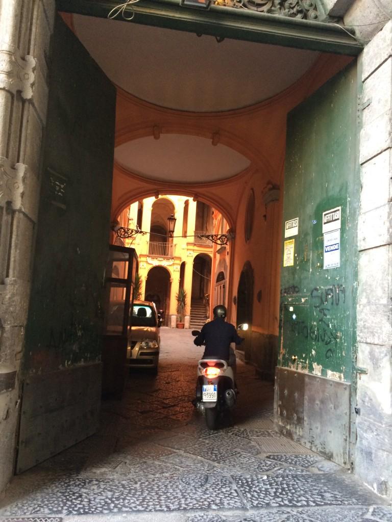 Piazza Carita'nın ara sokaklarından birinde açılan kapının ardından hiç beklenmeyen bir ev