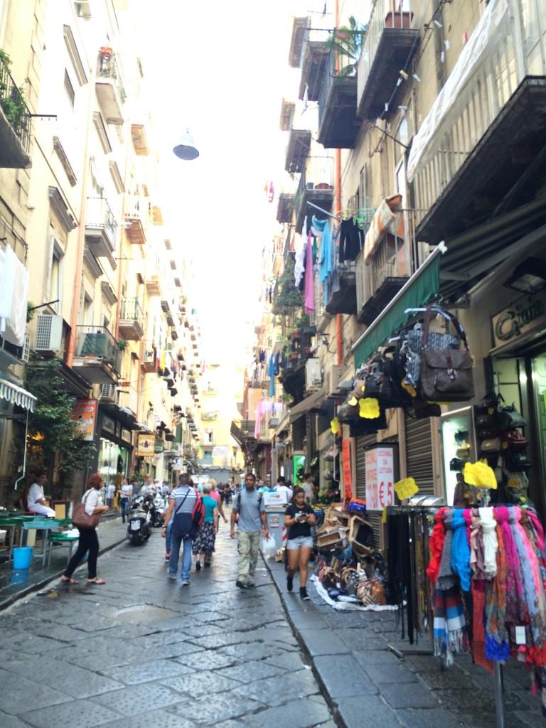Napoli'nin ara sokaklarındaki dükkanlar