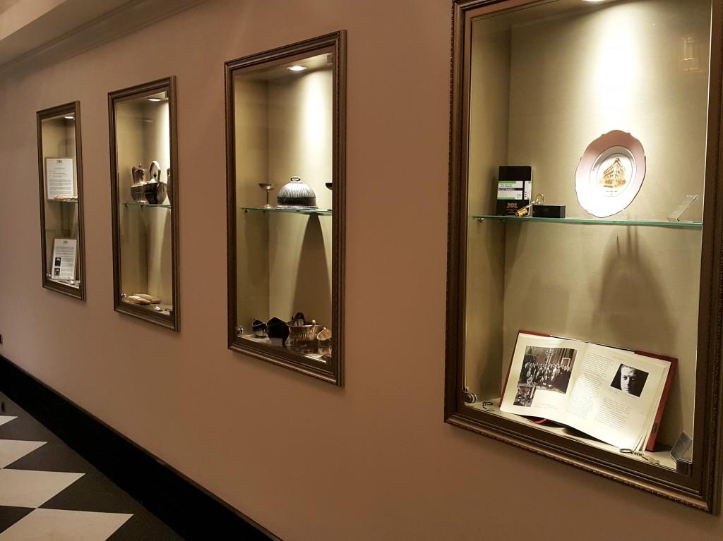 Otelin koridorlarını tadilat sırasında bulunan eşyalar süslüyor...