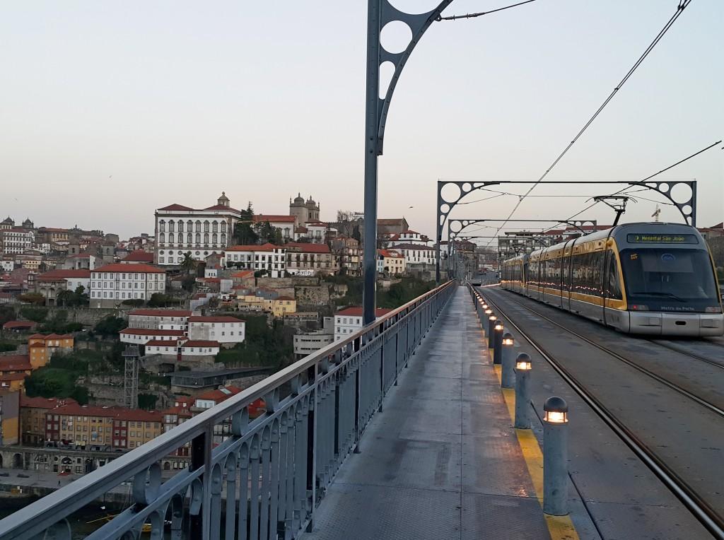 Köprünün üst katından tramvay geçiyor