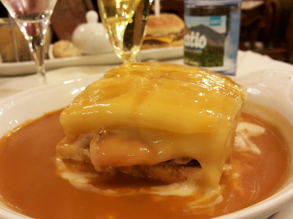 Özel sosuyla Francesinha