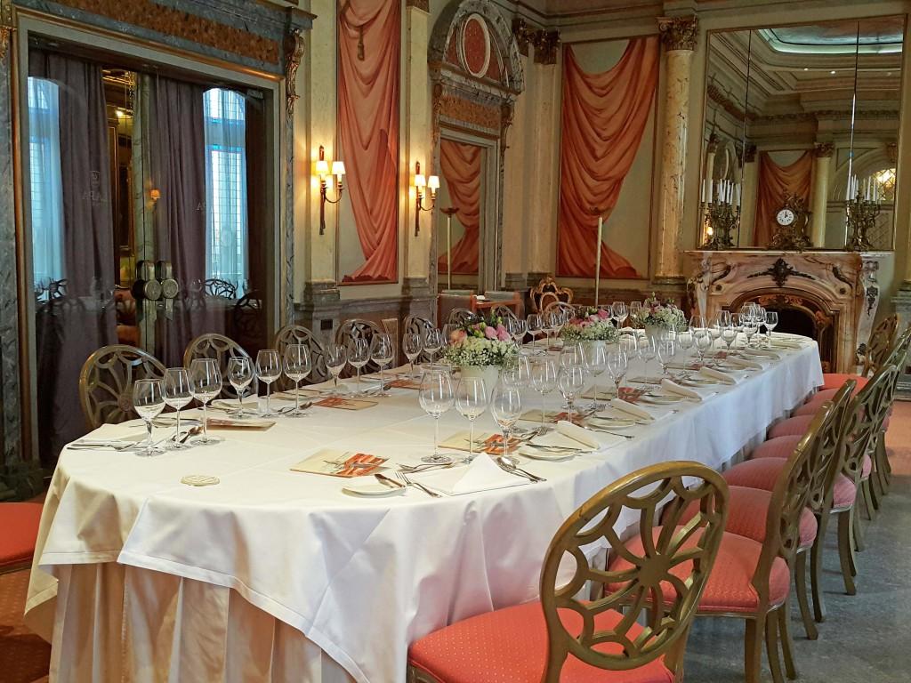 Otel'de düzenlenen düğünlerden biri için hazırlanmış yemek masası