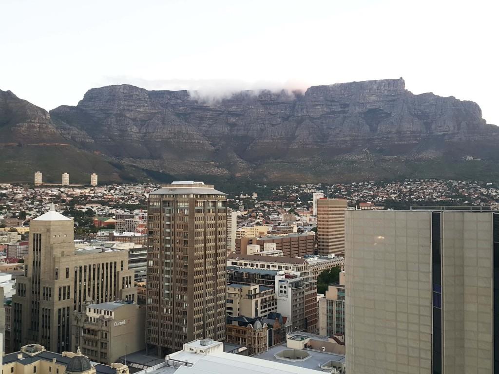 Cape Town şehir merkezi ve arkada Masa dağı...