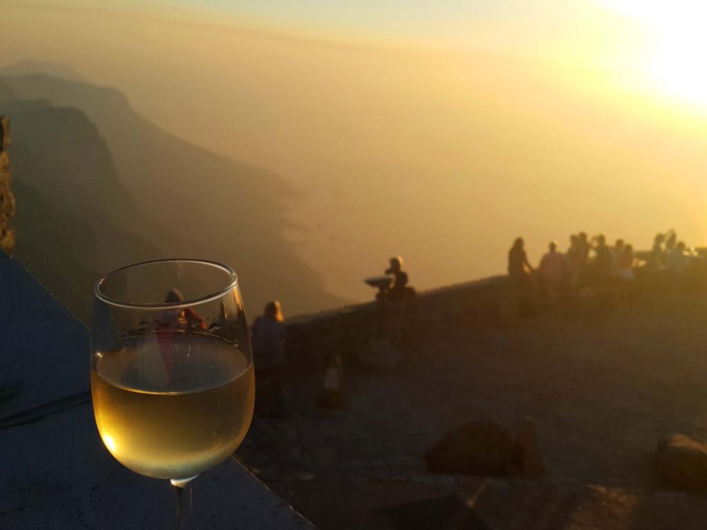 Masa dağının zirvesinde gün batımı şarap keyfi...