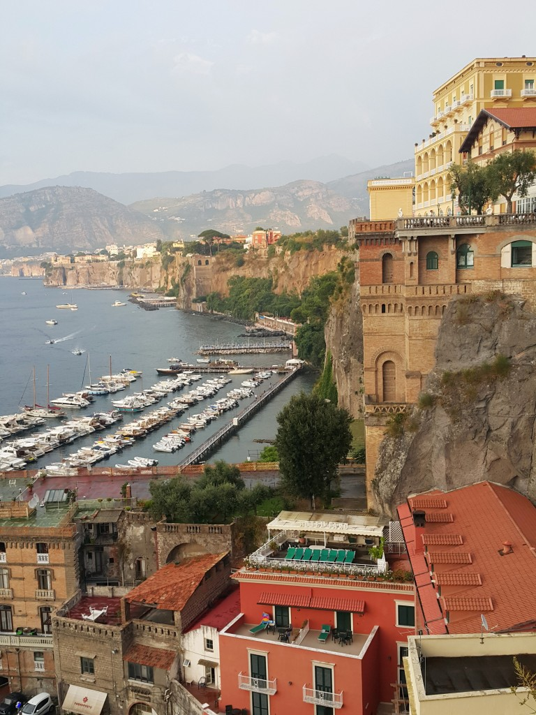 Sorrento dik falezler üzerinde yer alan bir şehir