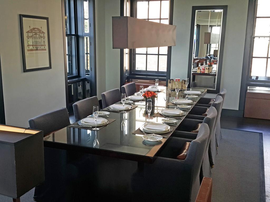 Yemek davetleri için sık sık kiralanan suite odası