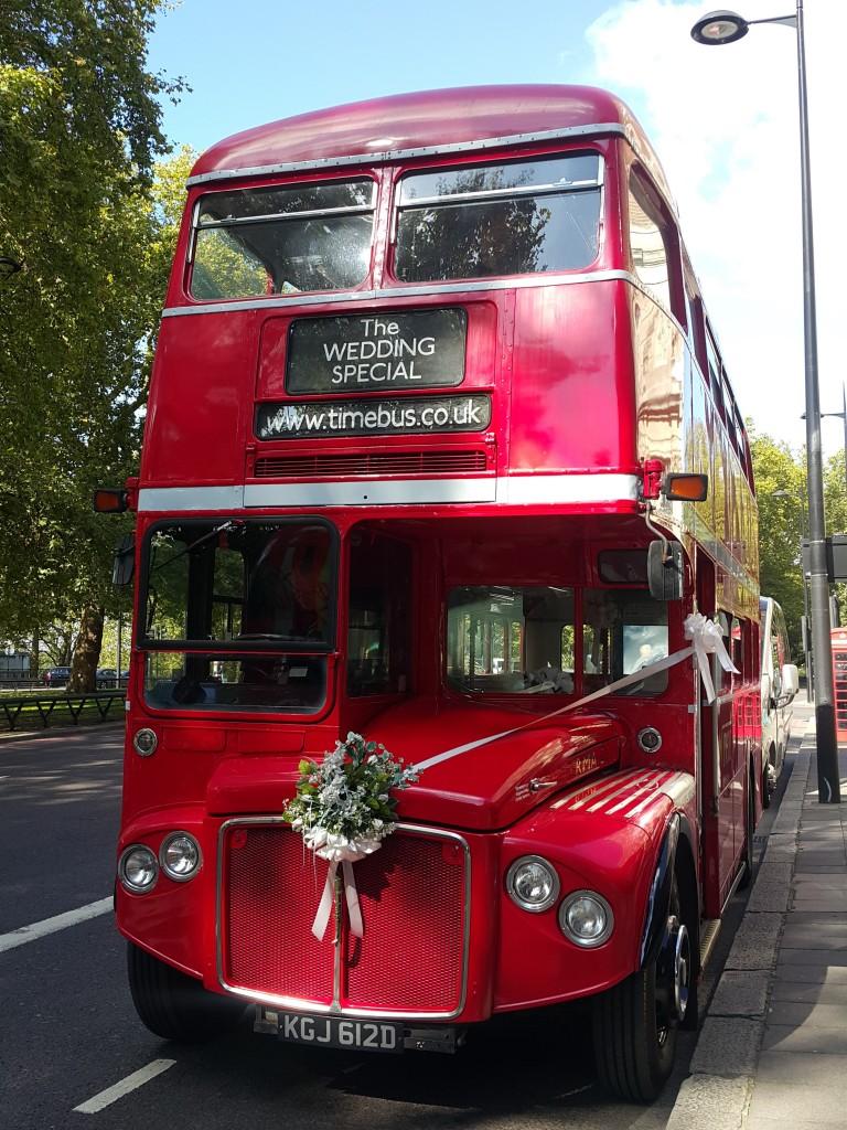 Gelin arabası olan kullanılan klasik İngiliz otobüsü